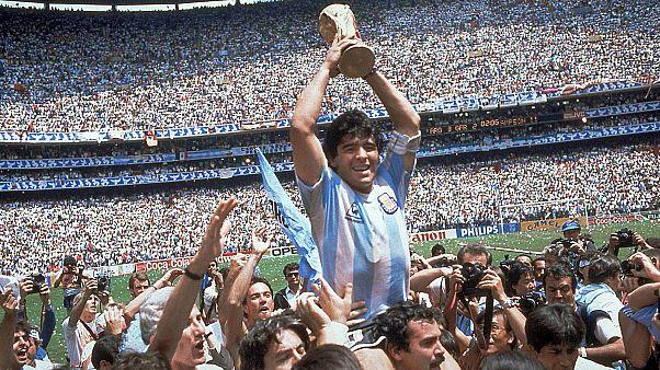 Diego Maradona, légende du football argentin, est mort chez lui, il venait  d'avoir 60 ans | Euronews