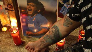 I tifosi del Napoli piangono Maradona allo stadio San Paolo