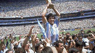 Maradona ergue a taça no Mundial de 1986