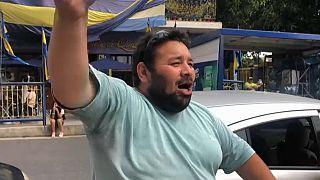 Un aficionado en las inmediaciones de la Bombonera tras conocer la noticia