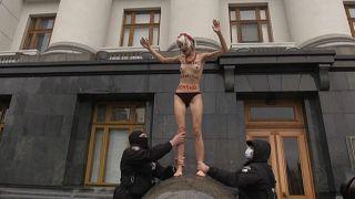 Donne in piazza in tutto il mondo contro le violenze quotidiane