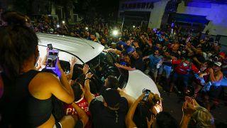 Les fans de Maradona entourent le véhicule qui transporte la dépouille de leur idole, Buenos Aires, 26 novembre 2020