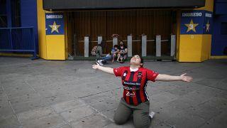 Junger Fan kniet vor La Bombomera