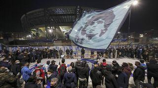 Migliaia di tifosi sono scesi in strada a Napoli per rendere omaggio a Diego Armando Maradona
