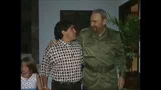 Diego Armando Maradona camina de la mano de su hija y abrazado a Fidel Castro en uno de sus encuentros en Cuba