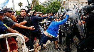 Tensão à porta das cerimónias fúnebres de Diego Armando Maradona