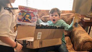 طفل تفاجأ بسيارة البريد وهي تغدق عليه الهدايا في عيد ميلاد السادس