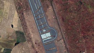 صورة ملتقطة عر الأقمار الصناعية تظر خنادق محفورة في مدرج مطار أكسوم من منطقة تيغاي الأثيوبية. 2020/11/23