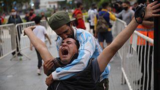 La disperazione degli argentini, in attesa dell'arrivo della salma di Diego Maradona, fuori dal palazzo presidenziale di Buenos Aires, Argentina