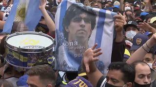 حشود كبيرة لمحبي اللاعب الأسطورة دييغو مارادونا الذي قضى عن عمر يناهزالستين عاما