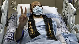 ماهر الأخرس في مستشفى النجاح في مدينة نابلس بالضفة الغربية بعد الإفراج عنه