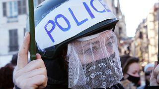 Une femme proteste contre les violences policières à Bayonne, au Pays basque français, le 21 novembre 2020