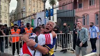 دموع مناصريْن لفريقين خصمين هما بوكا وريفر حزنا على فراق مارادونا