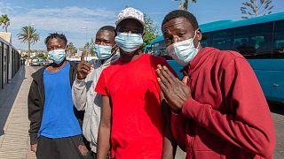 Ragazzi originari del Mali aspettano di essere trasferiti in un centro d'accoglienza dopo essere arrivati in barca a Gran Canaria il 23 novembre 2020