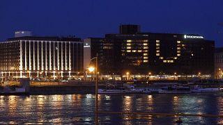 """Az Intercontinental szálloda dolgozói a szobák megvilágításával a 4U!, vagyis a For You! (Érted!, Értetek!) üzenetet """"írták fel"""" az épületre 2020. március 30-án"""