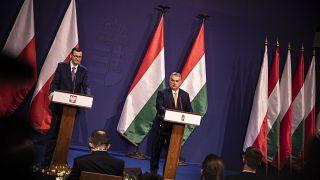 Orbán Viktor magyar és Mateusz Morawiecki lengyel kormányfő sajtótájékoztatót tart a Karmelita kolostorban 2020. november 26-án