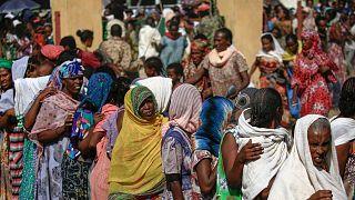 اللاجئون الإثيوبيون الذين فروا من القتال في منطقة تيغراي يتجمعون في مركز استقبال حدودي في ولاية القضارف، شرق السودان، 20 نوفمبر 2020.