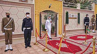 راس أمن يقفون خارج القنصلية الجديدة لدولة الإمارات العربية المتحدة في مدينة العيون بالصحراء الغربية والمتنازع عليها بين المملكة المغربية وجبهة البوليساريو، 4 نوفمبر 2020.