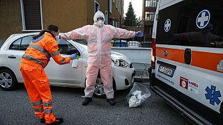 Paramédicos realizam processo de descontaminação depois de transportar um paciente Covid-19