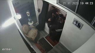 Video zeigt extreme Polizeigewalt: 4 Beamte suspendiert