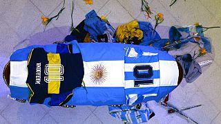 Arjantinli futbol efsanesi Maradona'nın naaşına Arjantin bayrağı sarıldı ve giydiği milli takım formaları konuldu.