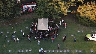 Un reducido grupo de familiares y amigos asistió a la inhumación de los restos de Diego Armando Maradona en un cementerio a las afueras de Buenos Aires