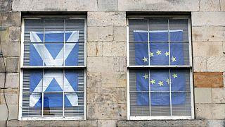 İskoçya'da Avrupa Birliği yanlısı bir vatandaş evinin pencerelerine İskoçya ve AB bayrakları asmış.