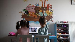 Μικροί μαθητές στην Ελλάδα κάνουν μάθημα εξ αποστάσεως