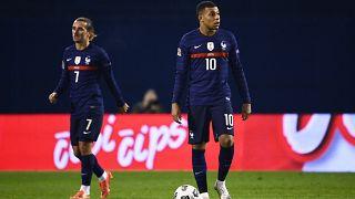 Archives : les attaquants de l'équipe de France de football, Antoine Griezmann et Kylian Mbappe, lors de la rencotre contre la Croatie, le 14 octobre 2020