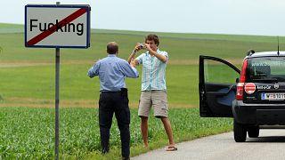 """Archives : touristes venant se prendre en photo devant l'un des panneaux de """"Fucking"""", le  18 juin 2006"""