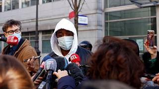 Fransa'nın başkenti Paris'te 3 polis tarafından maske takmadığı gerekçesiyle darp edilen müzik yapımcısı Michel isimli Afrika kökenli şahıs