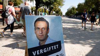 """Плакат с фотографией Навального и подписью """"отравлен"""" напротив посольства России в Берлине"""