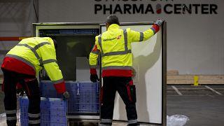 Trabajadores muestran el proceso de la cadena de frío para el manejo de medicamentos y vacunas en el Centro Farmacéutico Swissport en Machelen, Bélgica, 25/11/2020