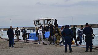 Yunanistan'a ayak basan göçmenler