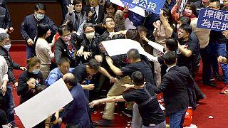 Tumultartige Szenen in Taiwans Parlament