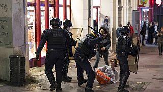 """Fransa'nın en büyük 3. kenti Marsilya'da polisler """"güvenlik yasa tasarısına"""" karşı çıkan göstericilere müdahale ederken."""