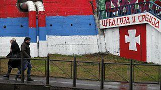 گرافیتی در شهر بلگراد که در سمت چپ پرچم صربستان را نشان میدهد و در سمت راست شعار«صربستان و مونتهنگرو با هم» نوشته شده است