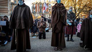 Katolikler kiliseleri kapatan hükümeti protesto etti
