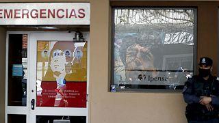 تجمع نیروی پلیس مقابل مرکز مراقبتهای ویژه که دیهگو مارادونا، فوق ستاره فقید فوتبال جهان به آن مراجعه کرده بود