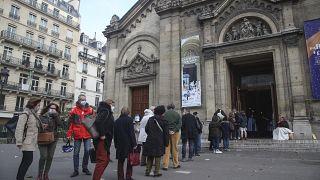مصلون أمام كنيسة