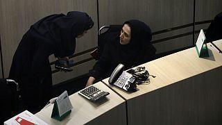 دو تن از کارگزارهای حاضر در تالار معاملات بورس اوراق بهادار تهران
