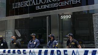 Полиция перед входом в медкабинет Леопольдо Луке