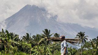 جبل ميرابي البركاني في منطقة سليمان في إندونيسيا. 2020/11/05