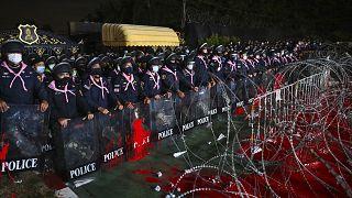 """شاهد.. متظاهرون في تايلاند يحملون """"البط المطاطي"""" في احتجاجاتهم"""
