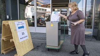 İsviçre'de seçmenler sandık başında