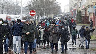 Nueva táctica de los opositores bielorrusos, misma represión policial