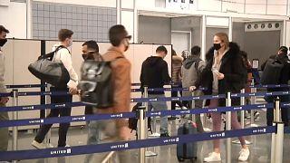 Filas de espera en un aeropuerto tras la festividad de Acción de Gracias