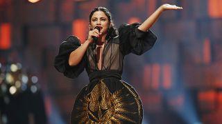 """الفنانة التونسية آمال المثلوثي خلال الحفل السنوي لجوائز نوبل في أوسلو حيث غنت """"كلمتي حرة"""" التي انتجتها بعد 2011. 2015/12/11"""