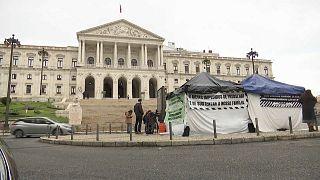 Sie trotzen Wind und Wetter: Das provisorische Protest-Camp vor dem Parlament in Lissabon.