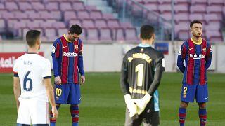 Los jugadores del Barça y del Osasuna rinden homenaje a Maradona